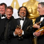 birdman-producer-skotchdopole-presenter-penn-director-inarritu-and-producer-lesher-pose-with-the-oscars-for-best-director-best-original-screenplay-and-best-picture-backstage-at-the-87th-academy-a