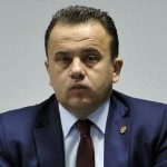 """Nu e nicio gluma: Ministrul Liviu """"Genunche"""" Pop anunta manual pentru ora de sport – """"Analfabetii nu chiulesc la sport, dar analfabetii pot ajunge ministri"""""""