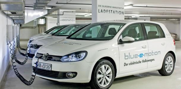 Manufaktureigene Elektrotankstelle/Volkswagen Golf Blue-e-Motion