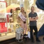 Deranjata ca imigrantii nu sunt tratati BINE, o femeie s-a lipit cu SUPERGLUE de o vitrina – VIDEO