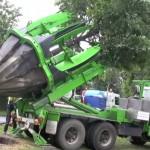 Incredibila masinarie care TRANSPLANTEAZA cu mare grija copacii – VIDEO