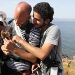 Un refugiat sirian a trecut marea cu PISICA lui cu tot. Reactia europenilor