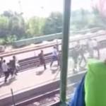 VIDEO: Imigrantii arunca cu PIETRE in geamurile unui tren din Ungaria. Inauntru se aflau oameni