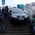 Imaginea zilei! Un bucurestean a ajuns cu masina pe scarile pasajului de la Lujerului