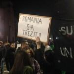 """Centrul Bucurestiului, BLOCAT pentru a treia zi. Peste 12.000 de oameni scandeaza """"Romania trezeste-te!"""""""