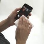 Ecranele telefoanelor contin 600 de microbi, de 30 de ori mai mult decat vasul de WC