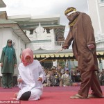 IMAGINI revoltatoare: BICIUITA de islamisti pentru ca a fost vazuta in PREAJMA unui barbat