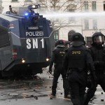 LUPTE de strada in Germania. Zeci de politisti sunt RANITI – VIDEO socant