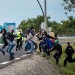 """Autocar cu zeci de COPII, atacat violent de imigranti cu pietre in FRANTA: """"Geamurile au fost sparte"""""""