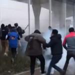 Imagini ale HAOSULUI creat de imigranti la Calais. Cum au reusit sa cucereasca un VAPOR – VIDEO