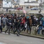 HAOS la Calais. Imigrantii au luat cu ASALT portul pentru a se imbarca cu FORTA spre UK – VIDEO