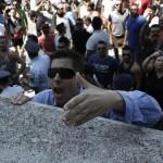 Cu pusti si DINAMITA. Asa protesteaza grecii fata de deschiderea unui centru de REFUGIATI – VIDEO