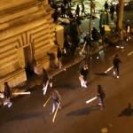 Scene de groaza in Paris. Sute de migranti inarmati cu bate se BAT cu localnicii – VIDEO