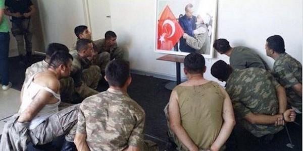 Militari Turci participanți la puci batuti si obligati sa priveasca POZA lui Erdogan timp de zeci de ore