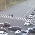 Pana si pe soferii rusi i-a scos din minti. Cum isi face loc, intr-un trafic infernal, COLOANA oficiala a lui Putin – VIDEO