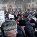 """Protest superb la Cluj, 10.000 de oameni au iesit in centrul orasului. Tanara mama: """"Cat de cretini si de sclavi ne considerati? Va bateti joc de noi zilnic"""" – VIDEO"""