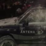 """""""Antena 3, niste derbedei!"""". Protestatarii anti-Ciorbea au luat la tinta o echipa a postului condus de Gadea. Insa tot ei i-au ajutat apoi pe """"antenisti"""" – VIDEO"""
