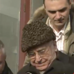 Iliescu a ajuns in fata procurorilor pentru infractiuni contra umanitatii. El le-a raspuns in engleza jurnalistilor