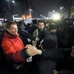 """Presedintele Klaus Iohannis s-a alaturat manifestantilor din Piata Universitatii: """"Este inadmisibil ca o gasca de oameni politici cu probleme penale sa slabeasca statul de drept"""" – Video"""