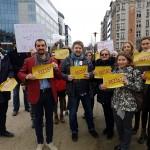 """""""Ne pasa de cei de acasa"""". Zeci de romani protesteaza la Bruxelles in fata institutiilor europene in timp ce Grindeanu se intalneste cu liderii UE – Video"""