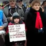 Fatarnicia PSD. La contramanifestatia de la Pitesti au fost adusi copii, la cateva zile dupa ce Lia Olguta Vasilescu i-a acuzat pe cei din Piata Victoriei ca incalca legea
