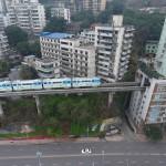 Solutie incredibila pentru traficul aglomerat: un tren trece printr-un bloc de 19 etaje (Galerie foto)