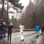 Cand autoritatile sunt pe mana cu mafia, este timpul actiunii. Protestatarii blocheaza camioane cu arbori in muntii Fagaras – Video
