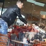 O prezentatoare TV din Romania a fost umilita chiar de Ziua Femeii. La mall, iubitul ei i-a aruncat o cafea in fata – Video