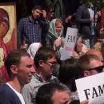 Video: Manifestanti evacuati de politie cu autobuzul, de teama unor preoti furiosi