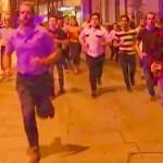 """Imaginea zilei: un londonez fuge de teroristi cu berea in mana. """"Asta e spiritul, de aceea ISIS nu va castiga niciodata"""""""