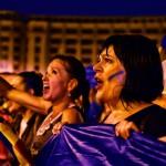 "(Foto & Video) ""Impreuna salvam tara de corupti"" – Sute de protestatari au rezistat in ploaie in Bucuresti – ""PSD, ciuma rosie!"""