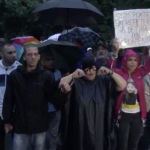 """""""Fuga, fuga, la parnaie!"""". Protest in ploaie in fata sediului central al PSD, desi Gabriela Firea a interzis organizarea mitingului – Video"""