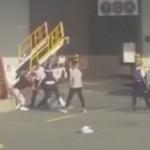 Bataie chiar pe pista aeroportului intre politisti si pasagerii unui avion. Acestia au agresat o stewardesa – Video
