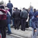 Imagini revoltatoare: curiosii s-au suit pe cruci si morminte pentru a vedea mai bine inmormantarea Stelei Popescu