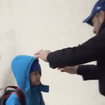Imaginile care au rupt Facebook-ul. Cum ii intampina un om simplu, paznic la o scoala din Bucuresti, pe copii in fiecare dimineata – Video