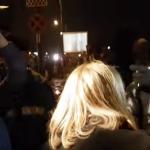Reporter Antena 3, prins de protestatari cu microfon de la alt post TV. Manifestantii i-au aruncat bani, echipa Antena 3 a fost indepartata de jandarmi – Video