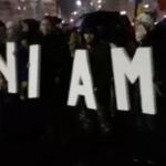 """Sute de oameni protesteaza pe o ploaie rece in Piata Victoriei: """"Romania moare, fara o schimbare. Zi de zi aici vom fi"""". Mesaj dur pentru Firea – Imagini live"""