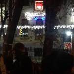 Zeci de protestatari se afla miercuri noaptea in fata sediului central al PSD. In frig, tinerii privesc in tacere catre cladirea in care se coace mutilarea Justitiei – Video