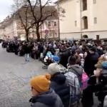 Protestul din fata sediului PSD Sibiu a devenit, duminica, si mai mare. Presa internationala a inceput sa scrie despre manifestatia extraordinara a sibienilor