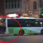 Iata cat de performante sunt autobuzele turcesti luate de Firea cu bani grei. Un grup de calatori impinge un autobuz Otokar cumparat acum 2 ani – Video