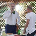 """Dragnea, curajos rau dupa ce a baut o bere in curtea PSD: """"Iohannis se pricepe la orice"""". Il acuza pe presedinte ca o tot """"jigneste"""" pe Dancila"""