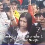 """Cum ii """"protejeaza"""" jandarmii pe manifestanti. Replica de interlop a unui jandarm catre o protestatara: """"Esti smechera? Nu esti"""" – Video"""