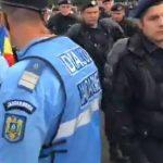 Tensiuni in crestere in Piata Victoriei. Jandarmi inarmati cu bastoane si gaze lacrimogene au fost adusi in numar mare – Video