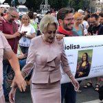 "Viorica Dancila si-a facut aparitia si la mitingul protestatarilor #Rezist. Mii de oameni scandeaza ""Analfabeta!"""