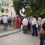 """Extraordinar, se misca Romania profunda. Zeci de pensionari stau la coada pentru a semna """"Fara penali in functii publice"""""""