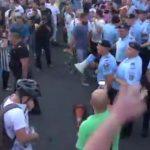 """Jandarmeria vrea dosar penal pentru un protestatar care a """"ultragiat"""" fortele de ordine. Doi jandarmi ar fi fost raniti"""