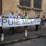 """""""Politie politica"""". Zeci de oameni protesteaza in fata Politiei Rutiere fata de confiscarea placutelor cu """"M#&E PSD"""""""