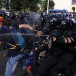Zeci de protestatari scosi cu targa din multime dupa interventia trupelor. Jandarmeria minte la Antena 3 ca au fost raniti de alti protestatari