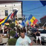 Imaginile care anunta sfarsitul PSD. Chiar si in orasele mici, sute de oameni intampina coloana de protestatari din Diaspora – Video