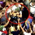 Moment impresionant. Protestatarii apara cu propriile corpuri o femeie jandarm de loviturile membrilor galeriilor